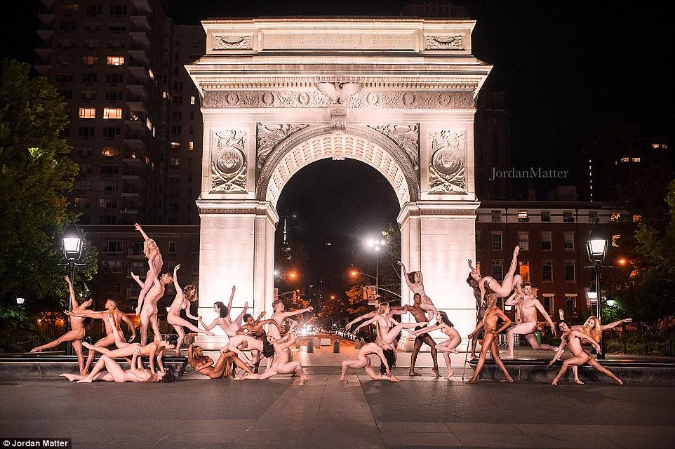 """De Nova York a Londres, esses dançarinos eloquentes foram capturados fazendo pose nua em Washington Square Park na frente do arco icónica (foto), com 25 dançarinos que importa instruídos para a """"soltar as suas roupas e correr para a posição.  Os bailarinos realizaram suas poses na frente do arco durante 43 segundos até que a matéria gritou: 'Break'"""