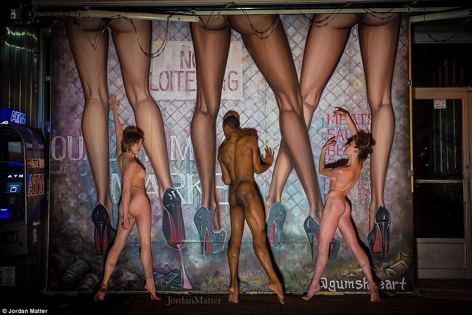 Para cada sessão de fotos Matéria instruiu o grupo de dançarinos para praticar os poses com as suas roupas, para que eles só teriam de posar nua para menos de um minuto para os tiros.  Esses dançarinos foram fotografados em Nova York
