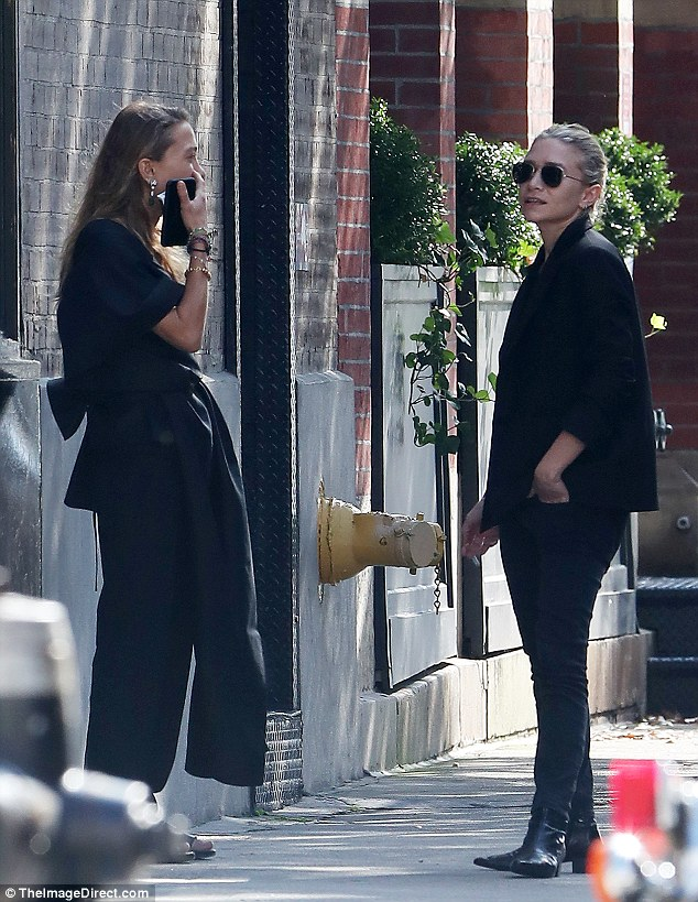 Ashley And Mary Kate Olsen Chat Outside Their New York