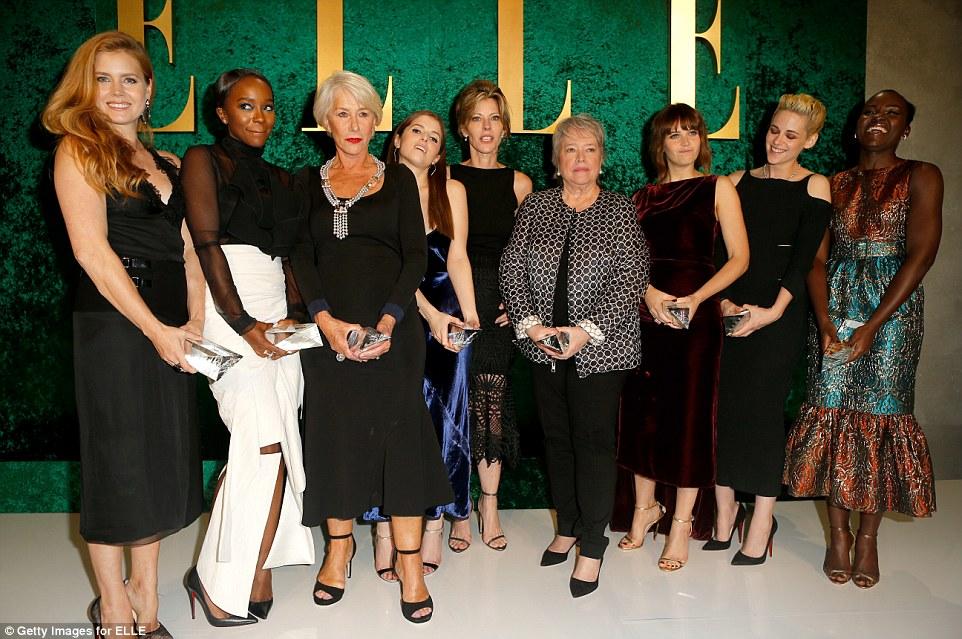 foto de grupo: (LR) Honorees Amy Adams, Aja Naomi King, Helen Mirren, Anna Kendrick, posou com ELLE Editor-in-Chief Robbie Myers e seu colega homenageados Kathy Bates, Felicity Jones, Kristen e Lupita Nyong'o