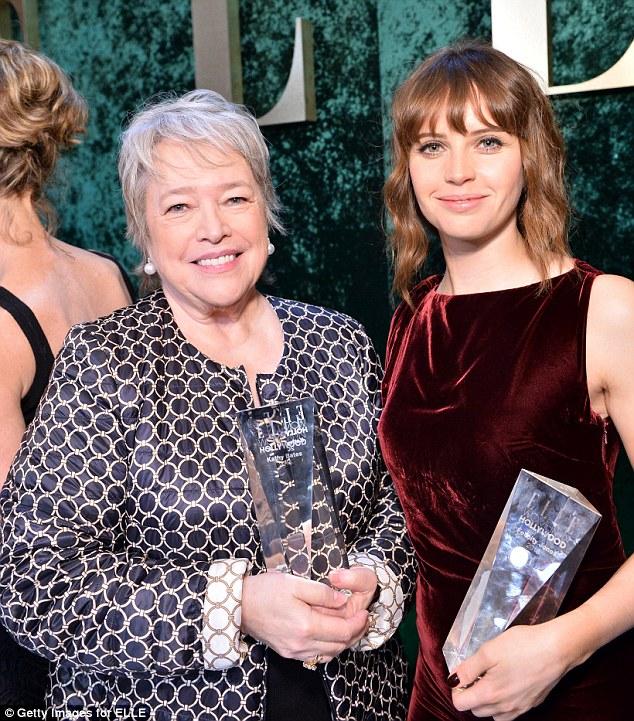 Muito satisfeito!  A teoria de tudo estrela foi positivamente radiante como ela embalou prêmio ao lado Kathy Bates