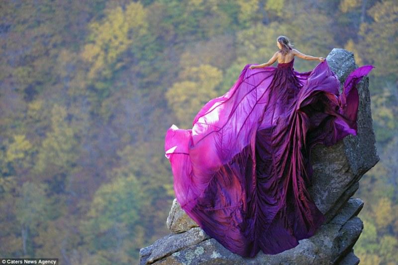 Kristina Marie Folcik-Welts ficou no pináculo do Eaglet em Franconia Notch, New Hampshire, com um vestido roxo enorme (FOTO: REPRODUÇÃO/JAY PHILBRICK)