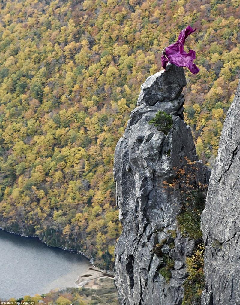 Apesar das aparências, Kristina estava firmemente presa à rocha durante toda a sessão (FOTO: REPRODUÇÃO/JAY PHILBRICK)