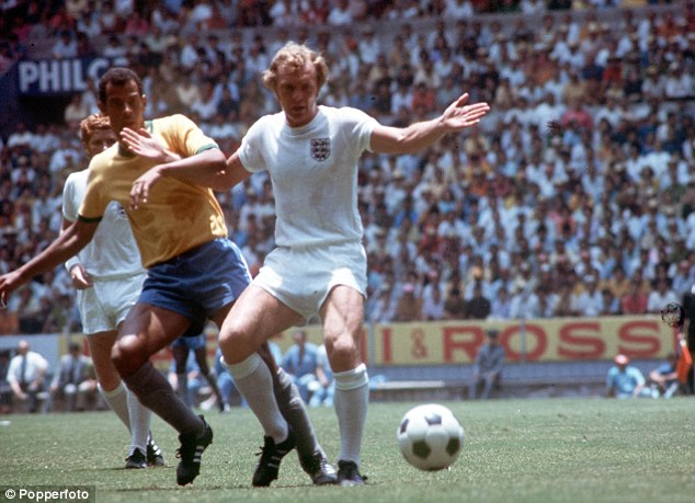 Alberto in action against England captain Bobby Moore in Guadalajara at Mexico '70