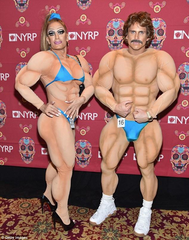 Flex: O par estavam vestidos como fisiculturistas