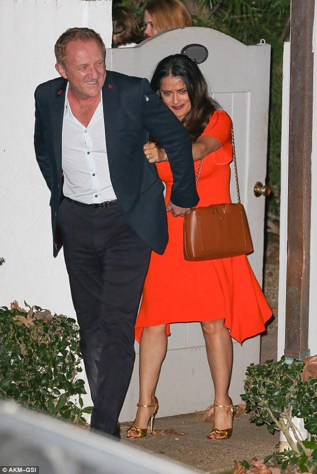 No-go: A opção de renunciar o código do vestido extravagante, Selma Hayek surpreendeu em um midi vermelho brilhante atraente que exibia suas curvas invejáveis