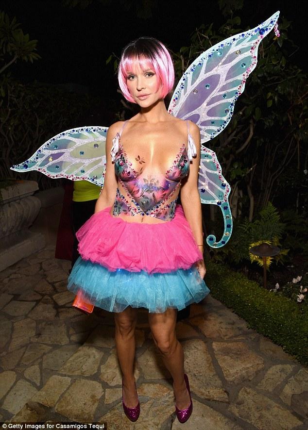 Modest: O modelo polaca ostentava sua afiada figura e busto incrivelmente pert como ela escolheu para pintar simplesmente seu corpo com um motivo borboleta