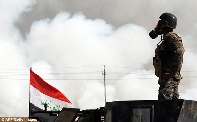 combattants ISIS ont également utilisé la dissimulation tactique - la mise en puits de pétrole, des pneus et dans ce cas, une usine de soufre sur le feu - pour fournir une couverture contre les attaques aériennes