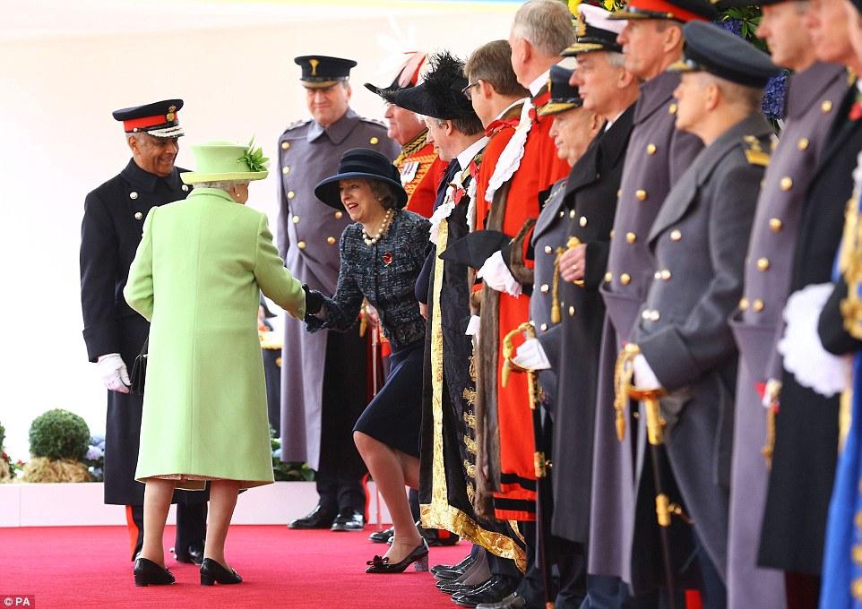 Juan Manuel Santos de Calderón e sua esposa Maria foram formalmente recebidos por Sua Majestade e Theresa maio, no Pavilhão real na Horse Guards Parade.  Foto: Sra Maio realiza uma reverência para a rainha durante as boas-vindas cerimonial