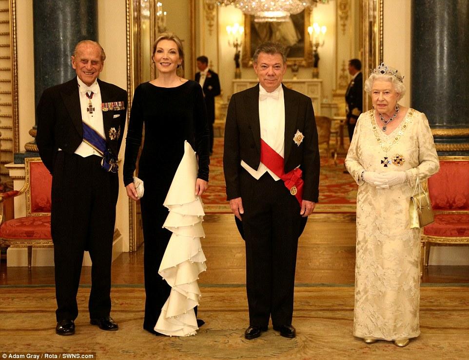 Príncipe Philip, Maria Clemencia Rodríguez de Santos, Juan Manuel Santos de Calderon e a rainha antes do jantar