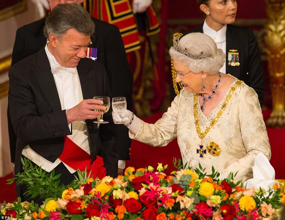 A rainha brinda presidente colombiano, Juan Manuel Santos durante um banquete de Estado realizada em sua homenagem no Palácio de Buckingham