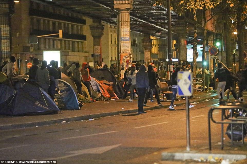 Scènes laides: les hommes s'attaquaient avec des clubs de fortune pendant une nuit de violence dans la capitale française