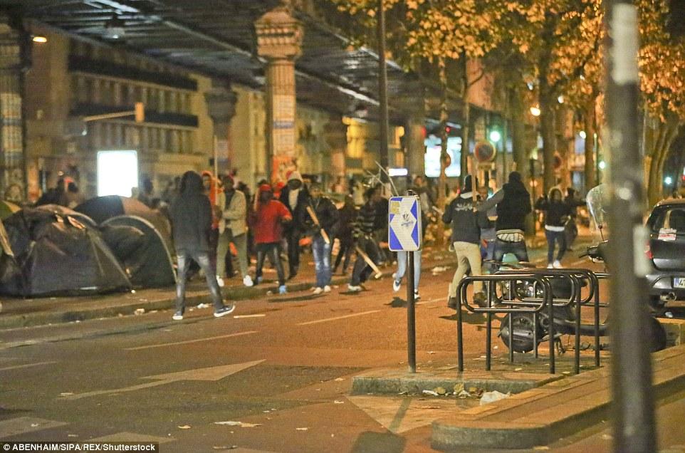 Les hommes ont été vus se battre à côté d'une zone couverte où les tentes avaient été érigées. La violence s'est produite des jours après que la forêt de Calais a été autorisée par les autorités