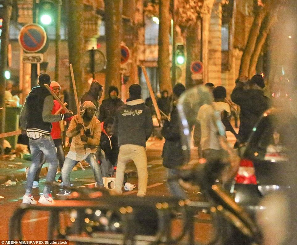 Des images spectaculaires capturées au moment où une bagarre de masse a éclaté que les migrants à Paris se sont attaqués avec des bâtons