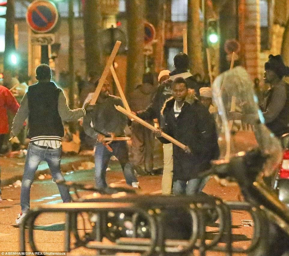 La violence est venue à la suite de la destruction de la Jungle de Calais qui a vu des réfugiés transportés vers différentes régions du pays et le campement squalide aplati