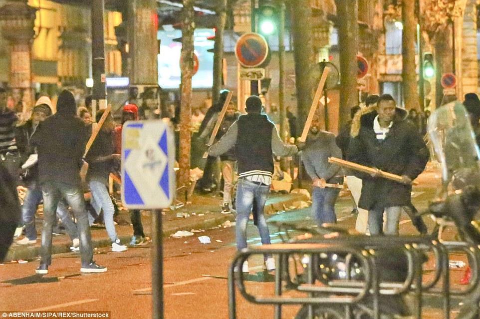 Plus tôt, des policiers anti-émeute ont bouclé la zone pendant l'opération - un prélude à un effort plus important dans les jours à venir pour effacer la zone, qui est un aimant de longue date pour les sans-abri dans la capitale