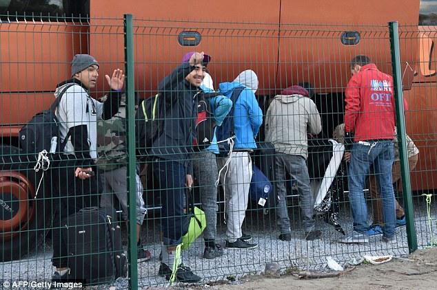 Calais a été un carrefour important pour les migrants tout au long de ce siècle, ce qui signifie que le dédouanement final marque une journée extrêmement historique.