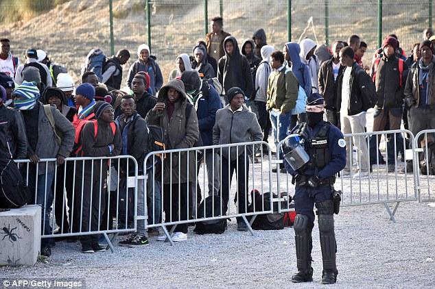 Un certain nombre de réfugiés se sont rendus à Paris, où quelque 3000 jeunes migrants, principalement jeunes, dorment à proximité du centre Eurostar dans le nord de la ville