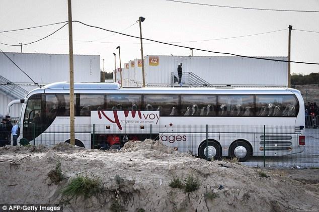 Le premier camp officiel de réfugiés pour les hommes est également prévu d'ouvrir à Paris cette semaine, mais il aura seulement des lits pour 400, et ils ne pourront rester pour un maximum de 10 semaines