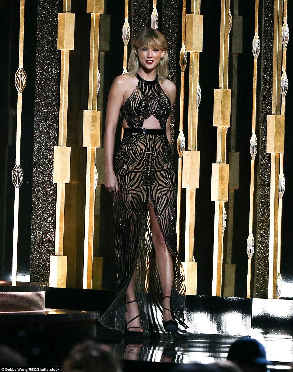 Ela está de volta: Taylor Swift fez seu retorno à CMA Awards para apresentar o maior prêmio da noite: artista do ano