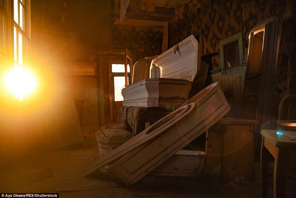 I raggi del sole su Bodie, i suoi raggi che filtrano in stanze polverose, abbandonate - in questa bare sono accatastati contro un muro.  Nel 1920, la popolazione di Bodie è stato registrato dalla censimento federale degli Stati Uniti per un totale di soli 120 persone