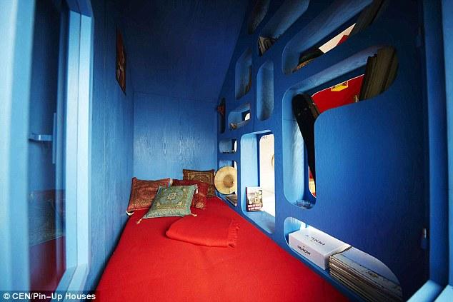 La sistemazione sperimentale dotato di aree molto piccole per dormire, soggiornare, cucinare e stoccaggio - e costa solo 30.000 CZK (£ 987)