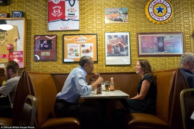 Le président Barack Obama a déjeuné avec Rebekah Erler au bar Matt à Minneapolis, Minnesota, le 26 Juin, 2014. Erler, puis une femme de travail de 36 ans et mère de deux garçons d'âge préscolaire, avait écrit au Président une lettre au sujet de l'économie des difficultés