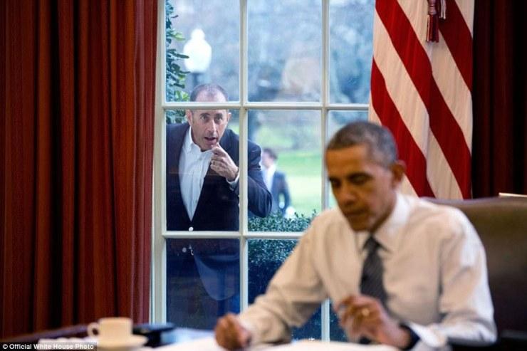 7 décembre 2015. Le comédien Jerry Seinfeld frappe à la fenêtre Bureau ovale pour commencer un segment pour sa série, dans les voitures Comédiens Getting Coffee