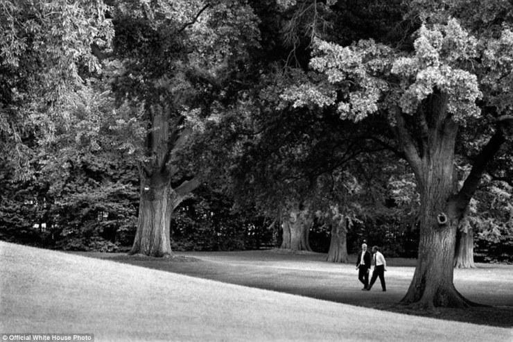 Le président américain Barack Obama et le chef d'état-major Denis McDonough à pied, car ils tiennent leur réunion quotidienne de fin de la journée sur la pelouse sud de la Maison Blanche le 3 Juin 2013