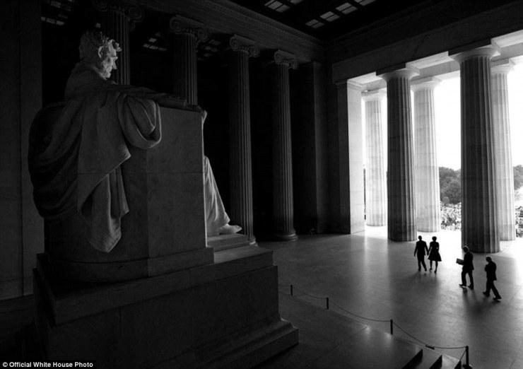28 août 2013. 'Chuck Kennedy a travaillé avec le National Park Service pour pouvoir photographier sous cet angle au Lincoln Memorial en tant que président, Première Dame, et les anciens présidents Bill Clinton et Jimmy Carter se dirigea vers la scène lors de la cérémonie de 50e anniversaire de l'historique 1963 Mars sur Washington pour l'emploi et la liberté '