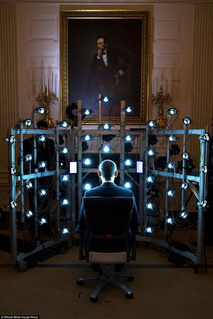 9 juin 2014. «Le président est assis pour un portrait 3D produit par la Smithsonian Institution. Il y avait tellement de caméras et des lumières stroboscopiques clignote, mais le résultat final était plutôt cool '