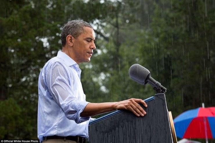14 juillet 2012. 'Le Président prononce une allocution à la pluie battante à un événement de campagne à Glen Allen, en Virginie. Il était censé faire une série d'interviews à la presse à l'intérieur avant son discours, mais puisque les gens avaient attendu pendant des heures sous la pluie il a fait ses remarques dès son arrivée sur le site que les gens puissent rentrer à la maison pour sécher '