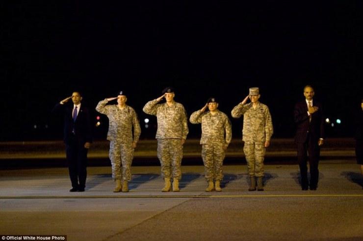 Le président Barack Obama, Eric Holder et officiers américains assiste à une cérémonie à Dover Air Force Base à Dover, Delaware, Octobre 29, 2009, pour le transfert digne des 18 membres du personnel américain qui est mort en Afghanistan