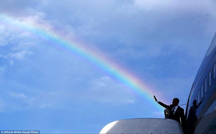 9 avril 2015. vague Le Président aligne avec un arc en ciel comme il monte Air Force One à l'aéroport international Norman Manley avant le départ de Kingston, Jamaïque