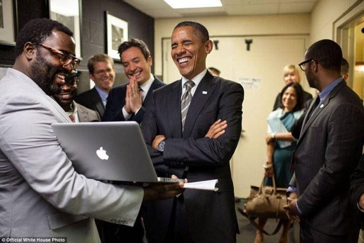 24 avril 2012. Obama et Jimmy Fallon sont informés sur le Slow Jam le segment Nouvelles coulisses avant taping à l'Université de Caroline du Nord Memorial Hall à Chapel Hill, Caroline du Nord
