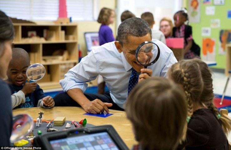 14 février 2013. «Le Président véritablement aime être avec les enfants. Ici, il a joué un jeu de loupe avec les enfants lors d'une visite à une classe pré-maternelle au Centre d'apprentissage de la petite enfance College Heights à Decatur, Géorgie '