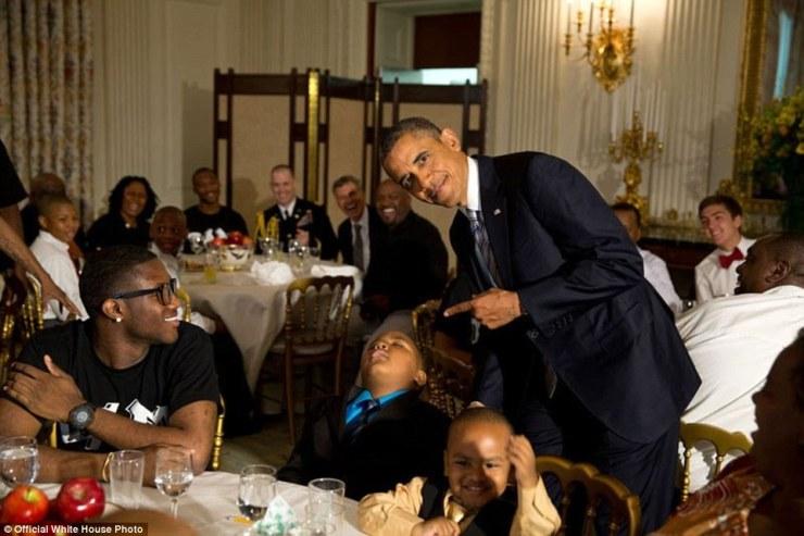 14 juin 2013. Obama avec un jeune garçon qui était tombé endormi pendant la Journée de la crème glacée du Père social dans l'État Salle à manger de la Maison Blanche