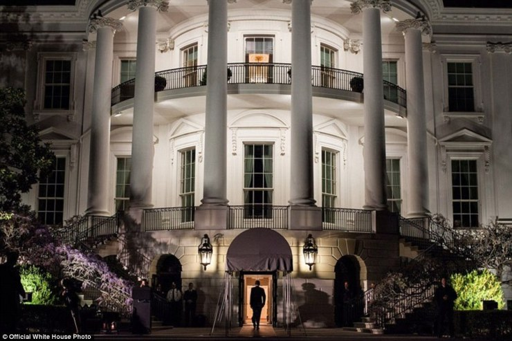 30 mars 2012. «Nous venait d'arriver à bord de l'un hélicoptère Marine sur la pelouse sud et le président a été la marche dans la Maison Blanche. Je l'avais vu cette scène à plusieurs reprises mais n'a jamais été en mesure de bien saisir la façon dont je voulais. Ici, enfin, arriver la nuit, je pouvais cadrer lui marcher dans la lumière de la salle de réception diplomatique, avec l'avantage supplémentaire de son ombre être jeté des lumières de la télévision sur la gauche '
