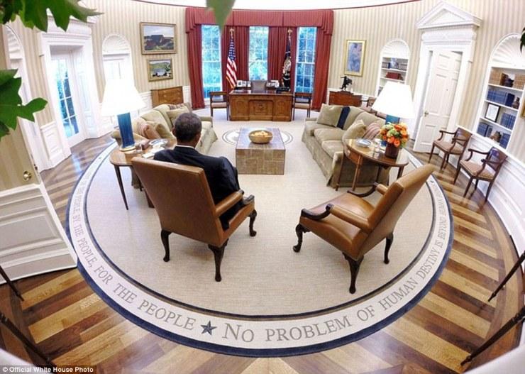 Le président Barack Obama lit des documents d'information avant la présidentielle Briefing quotidien dans le Bureau Ovale 29 Août, 2014
