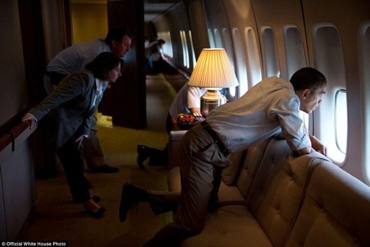 26 mai 2013. Le président et les membres du personnel de la Maison Blanche regardent par la fenêtre d'Air Force One pour voir tornade dégâts sur Moore, Oklahoma. Après l'atterrissage à la base aérienne Tinker, le Président a fait une visite à pied des dégâts et rencontré les personnes touchées »