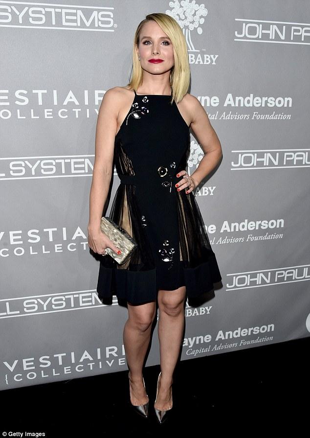 Mais de moda floral: Kristen Bell, 36, e anteriormente a estrela de Veronica Mars também foi com um número halter pescoço, embora dela era preto e na altura do joelho