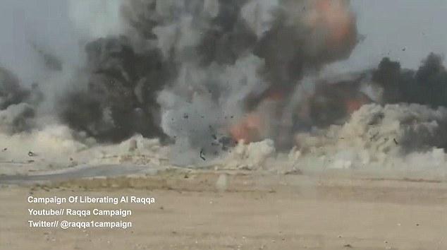 Le missile tiré par des opérateurs français explose, en prenant sa cible de la voiture avec elle dans un nuage de fumée