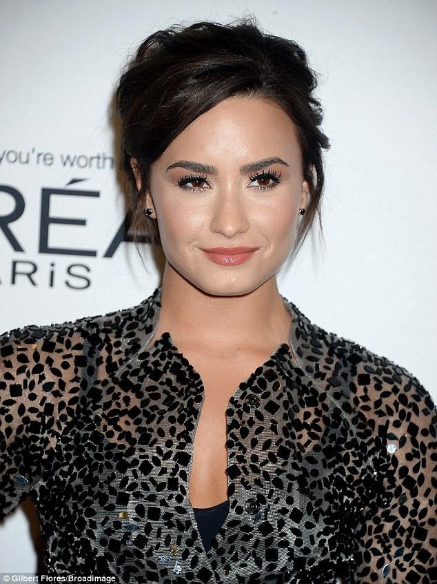 O cantor, que abriu a premiação com ela Skyscraper canção de sucesso, usava seu tress morena puxado para trás com coral anotado lábios