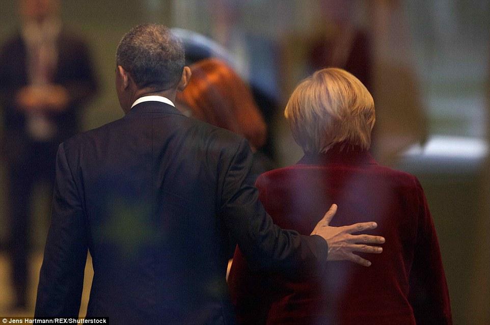 Amicizia: Obama potrebbe essere visto ponendo la mano sulla schiena di Merkel mentre entravano nell'edificio pronti per il loro incontro