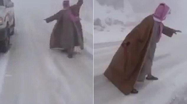 Non capita tutti i giorni c'è una tempesta di neve nel deserto, ma questo è esattamente ciò che i residenti in Arabia Saudita sono stati affrontati con oggi
