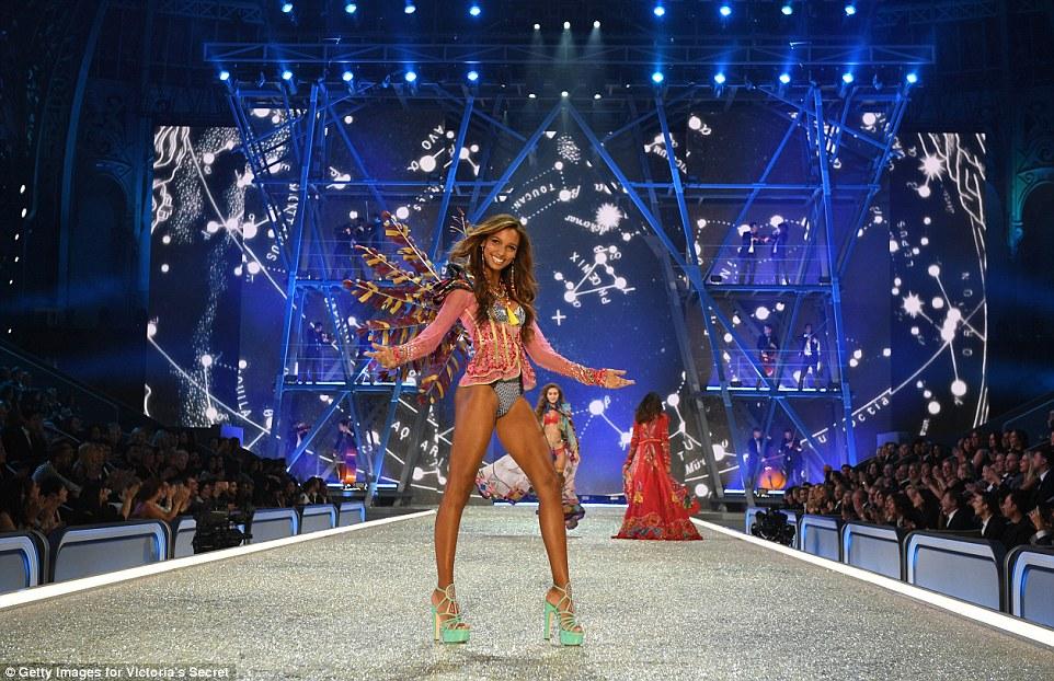 Anjo caído: Apresentando sua figura supermodelo em toda sua glória, a beleza apareceu positivamente enviado do céu, enquanto ela deslizava pela pista na cidade de Grand Palais