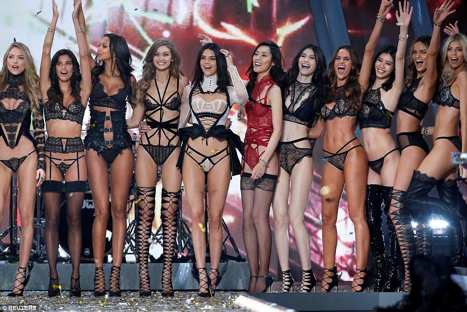 O que um line-up: Modelos incluindo Kendall Jenner, Izabel Goulart e Barbara Fialho comemorar no final do Secret Fashion Show 2016 Victoria