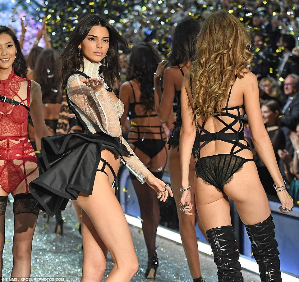 Profissional para o final: Ela permaneceu no modo de modelo como ela fez a sua caminhada final com todos os modelos secretos seu colega de Victoria