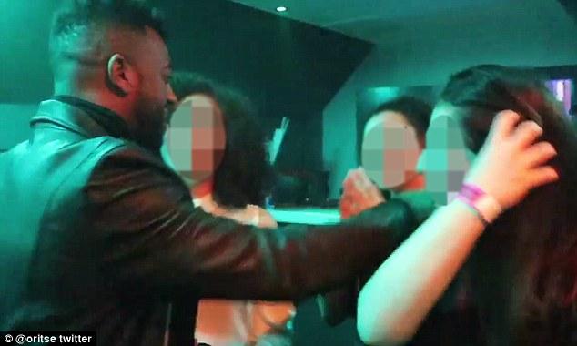Il chantait au Gorgeous club de Wolverhampton. Sur la photo: Williams pendant la nuit