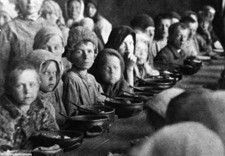 Un comedor para personas que sufren hambre en la ciudad de Pokrovsk, cerca de Saratov, en la Unión Soviética, en 1923